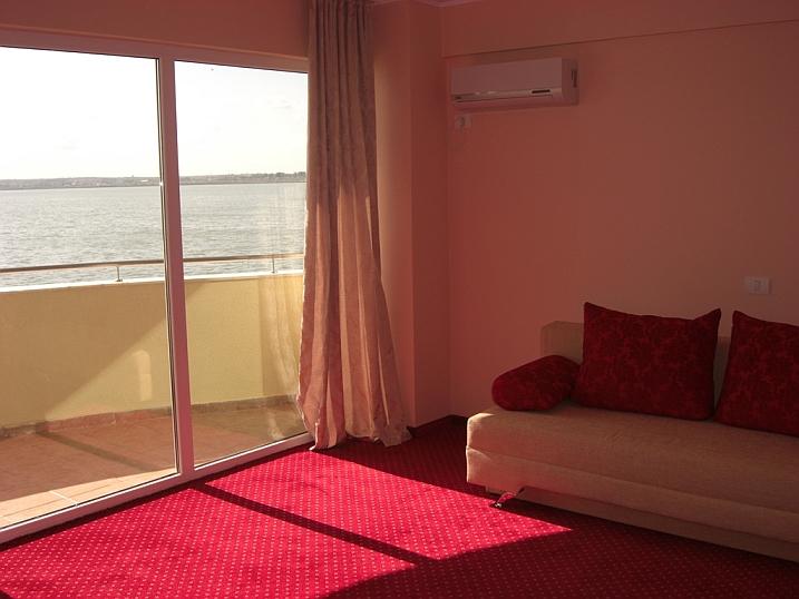 camera cu vedere spre mare