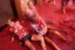 Festivalul La Tomatina din Spania presupune ca participantii sa se bata cu rosii.