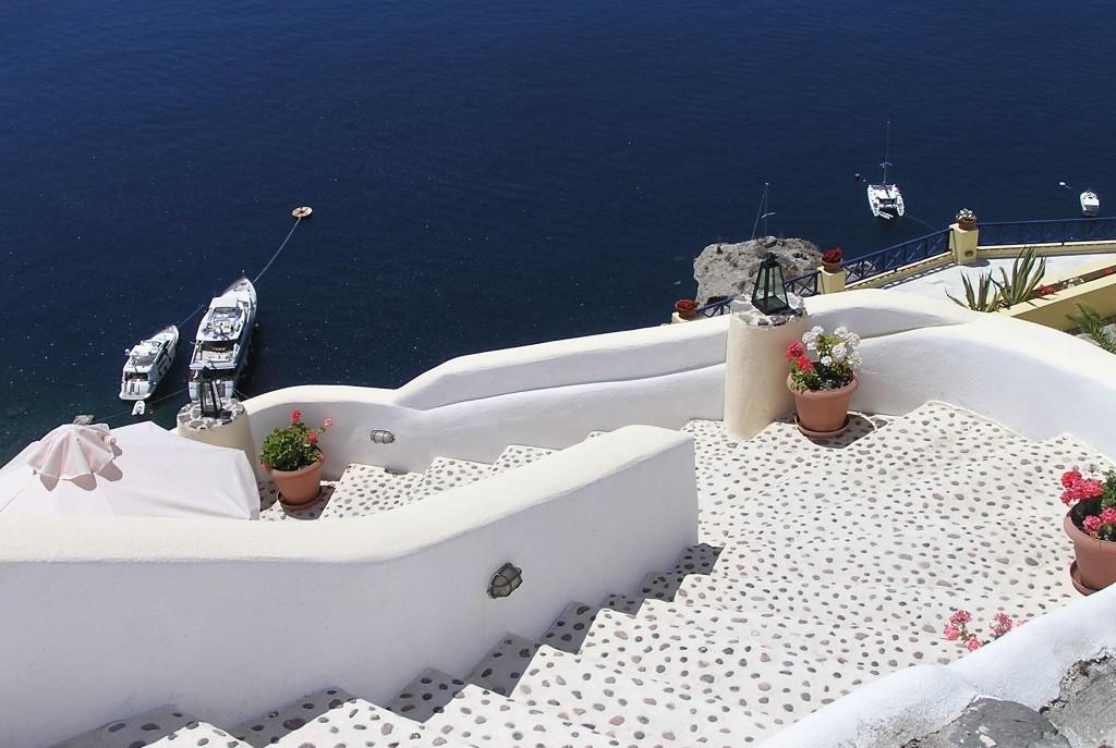 Santorini este recunoscut pentru apusurile de soare, ce te lasa fara suflare, cat si pentru atmosfera de pace si calm expirata prin toate imprejurimile insulei.