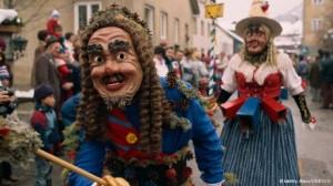 De Festivalul Malanka, tineri barbati necasatoriti poarta costume felurite si masti si merg din casa in casa pentru a produce dezastre in gospodariile gazdelor lor.