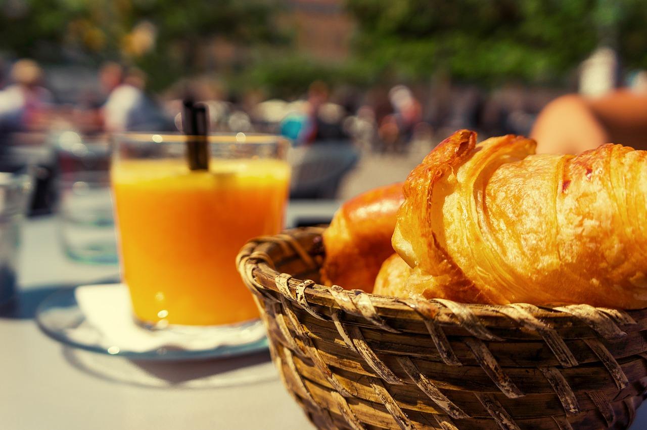 Micul dejun pe terasa