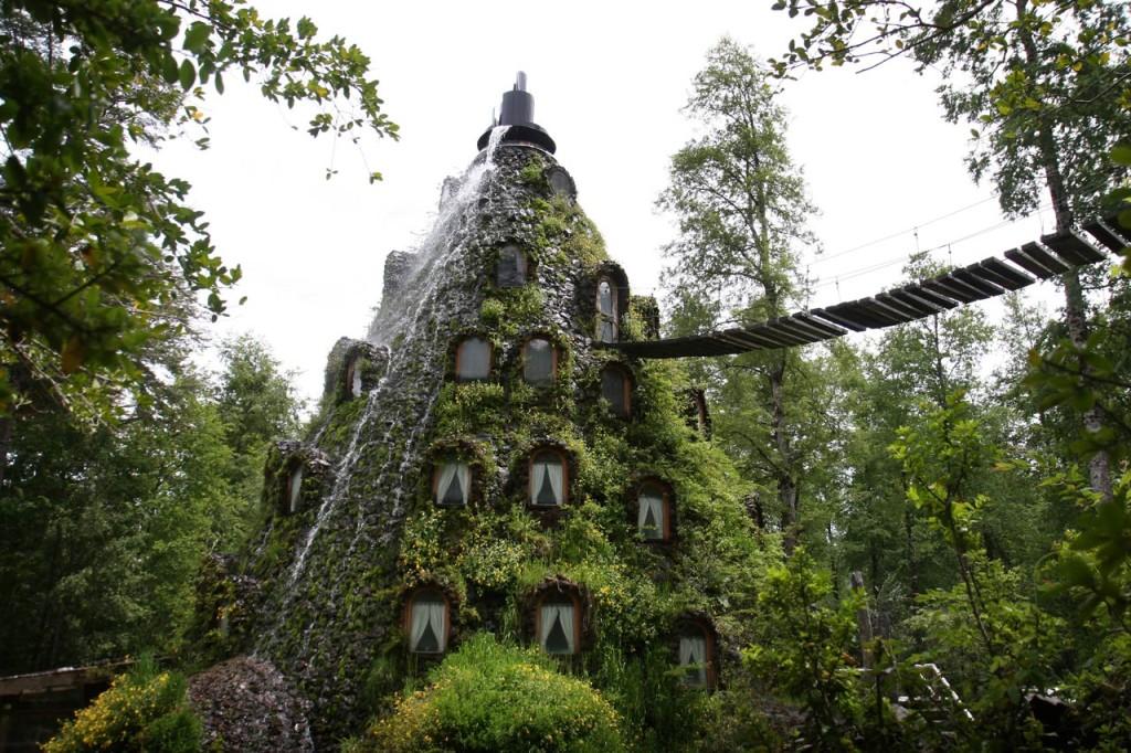 Acoperit cu muschi si accesibil doar printr-un pod suspendat, Hotelul Montana Magica Lodge este cu siguranta un loc ce merita vizitat.