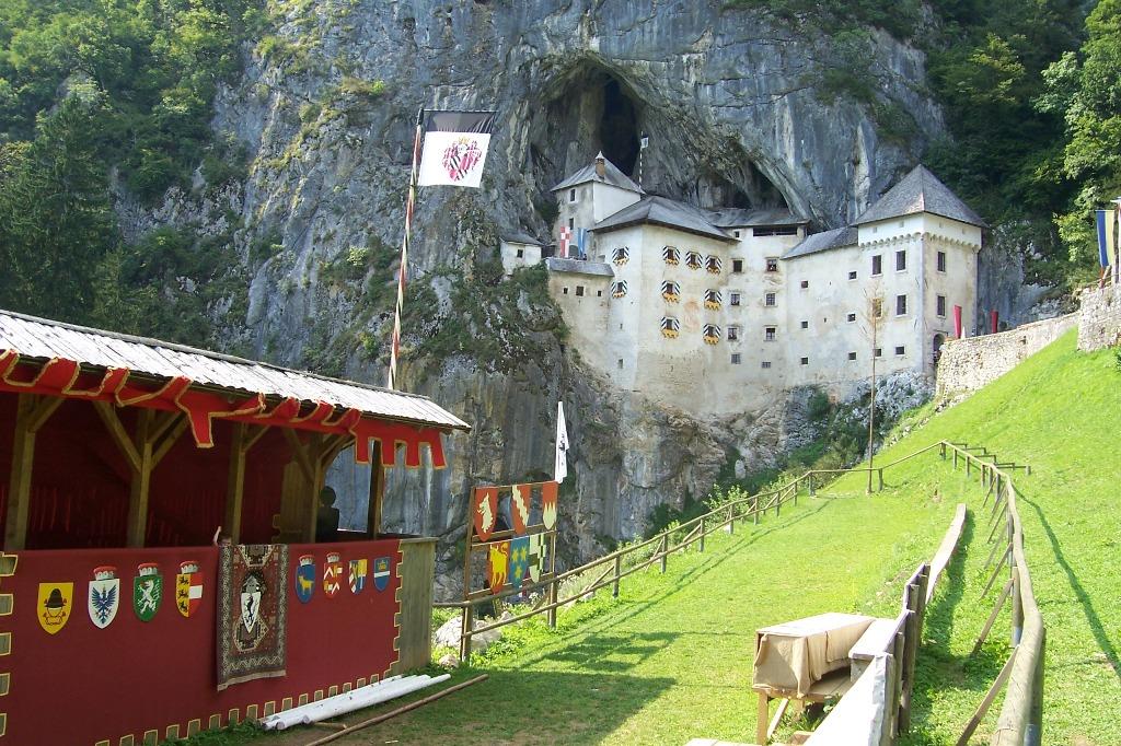 Panorama cu castelul din Predjama, Slovenia