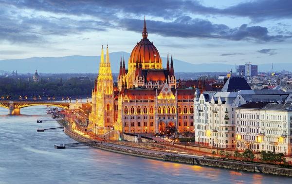 Dunarea si cladirea Parlamentului Budapesta