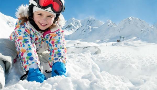 copil in echipament de ski