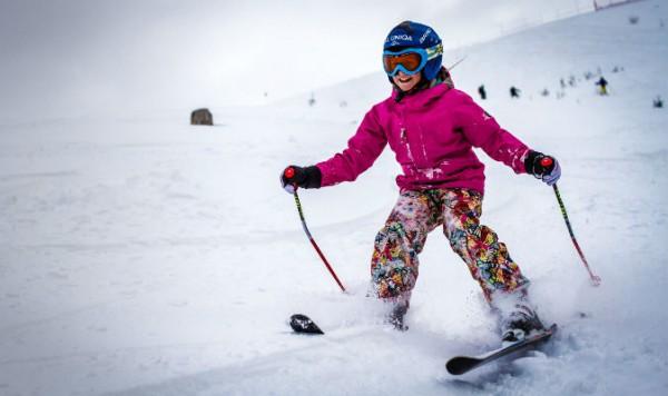 copil pe partia de ski