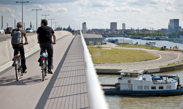 cycling-over-a-bridge_longer-distance_1_web