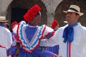 Dans de merengue in costume traditionale din Republica Dominicana