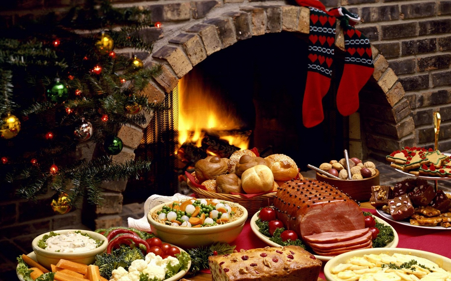 food_christmas_fireplace_1600x1200_wallpaper_Wallpaper_2560x1600_www.wall321.com_