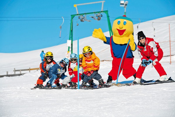 copii distractie pe partia de schi