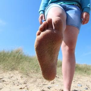 talpile mele in nisip in timp ce ma bronzez pe plaja
